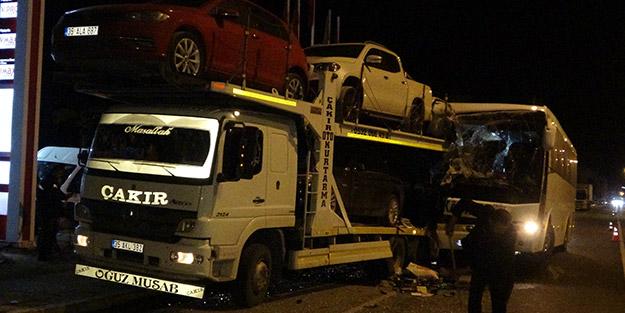 Uşak'ta can pazarı! Yolcu otobüsü tıra çarptı