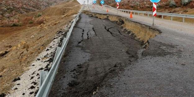 Uşak'ta yol çökmesi: Yol trafiğe süresiz kapatıldı