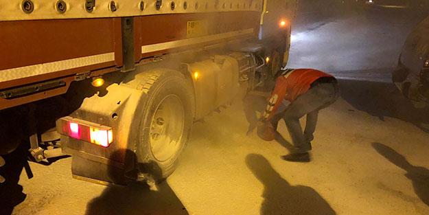 Uygulama noktasına gelen kamyon tutuştu