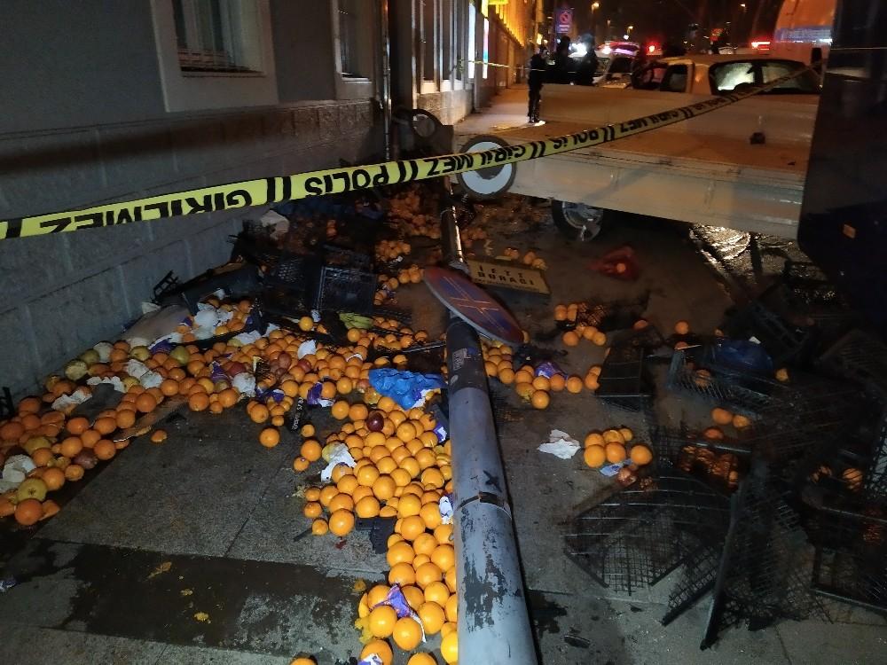 Uygulamadan kaçan araç Şişli'de meyve satan kamyonete çarptı: 3 yaralı