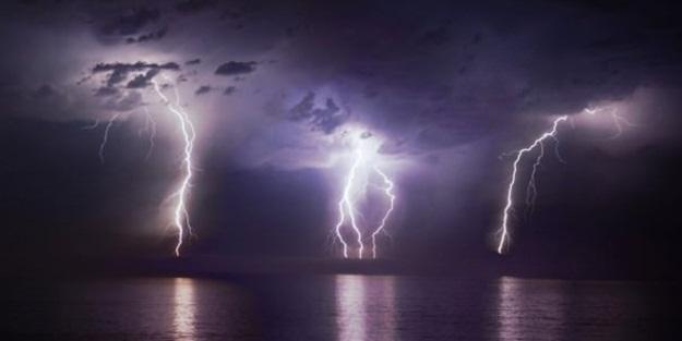 Uzmanlar uyardı: Fırtına sırasında banyo yapmayın!