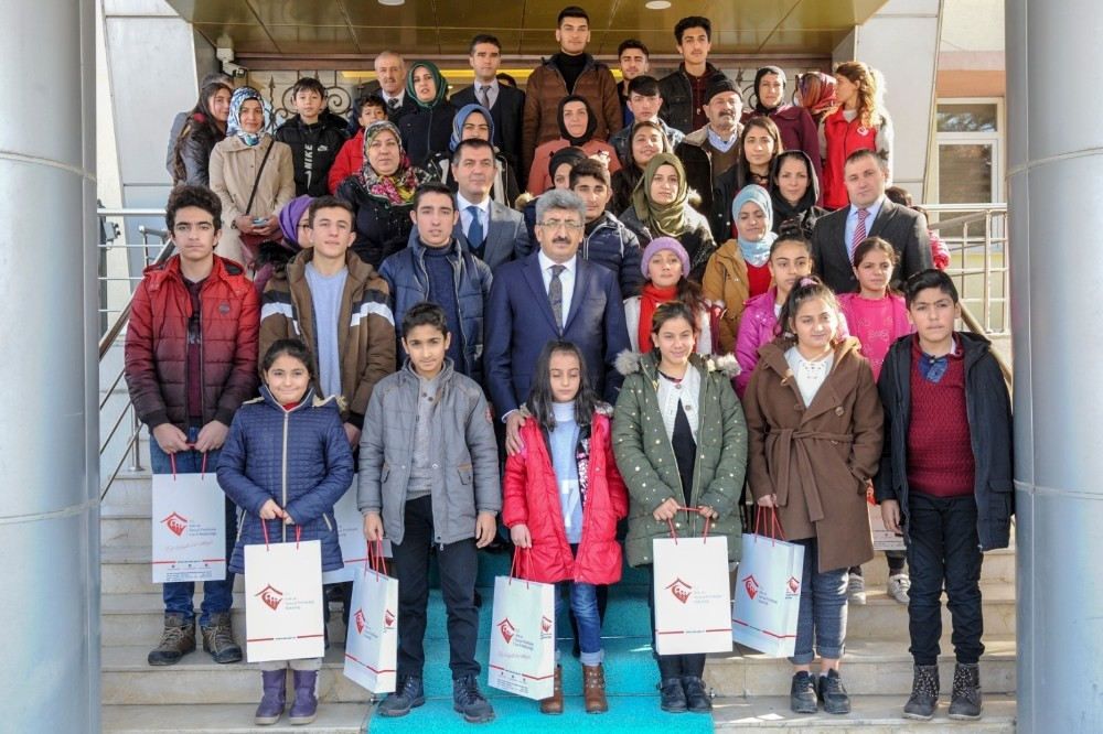 Vali Bilmez'den başarılı öğrencilere tablet ve telefon