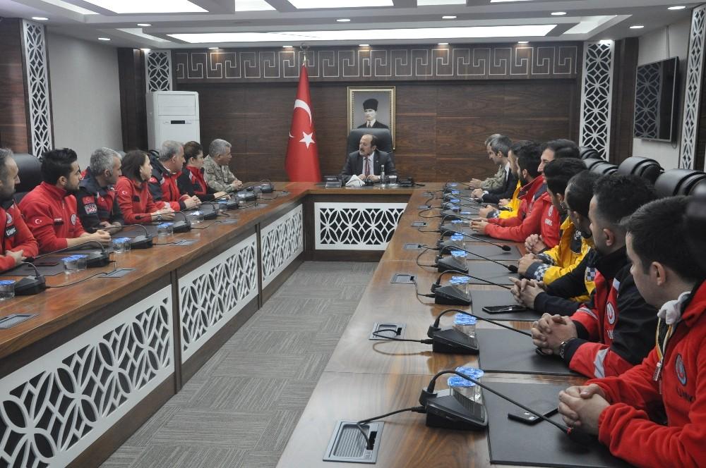 Vali Pehlivan, Elazığ depreminde görev alan personele başarı belgesi verdi