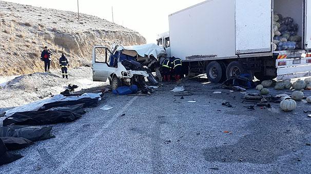 Van Hakkari yolunda korkunç kaza! Ölü ve yaralılar var...