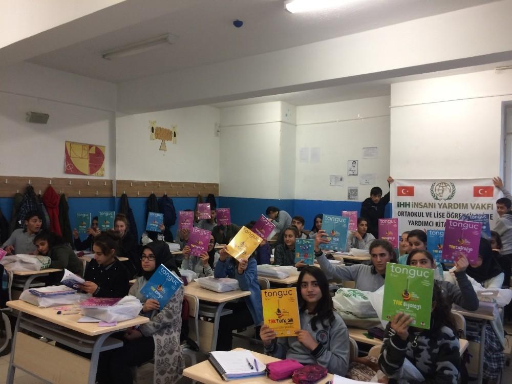 Van İHH'dan öğrencilere yardımcı kitap desteği
