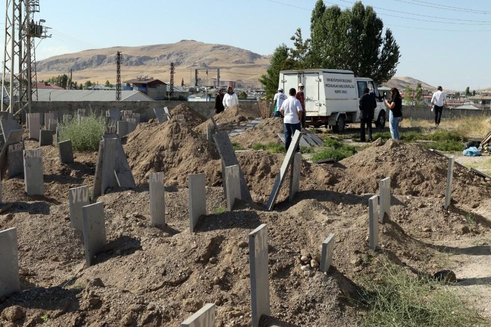 Van'da hayatını kaybeden 16 kaçak göçmen toprağa verildi