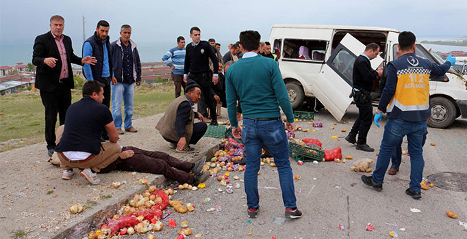 Van'da minibüs takla attı: 5 kişi yaralı