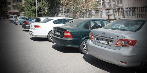 Vatandaşlar şoke oldu! Yabancı plakalı araçlar bir kadının hışmına uğradı