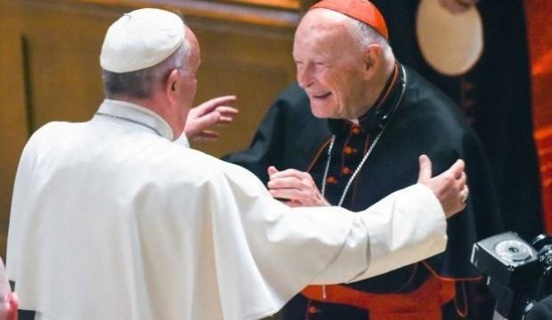 Vatikan'dan bir ilk! O papazı kovdular...