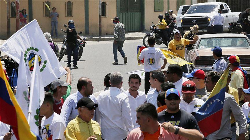 Venezuela'da Guaido'yu protesto eden grup ve taraftarları arasında arbede yaşandı