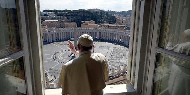 Virüs korkusu Vatikan'ı sardı! Papa Francis boş meydanı kutsadı