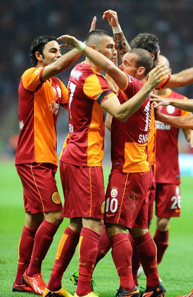 Wesley Sneijder, jübilesine Selçuk İnan ve Burak Yılmaz'ı çağırdı
