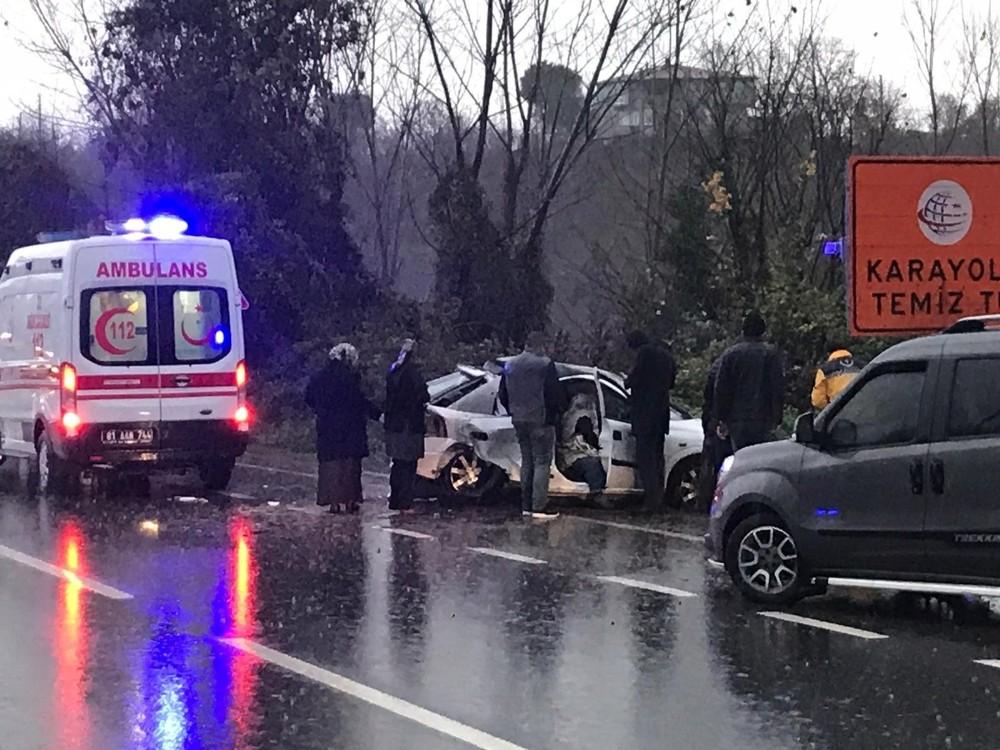 Yağışlı havada direksiyon hakimiyetini kaybetti 2 kişi yaralandı