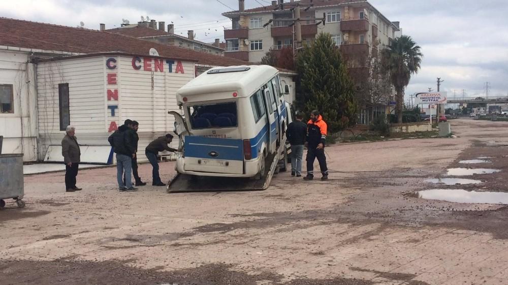 Yalova'da kamyonet minibüsle çarpıştı: 6 yaralı