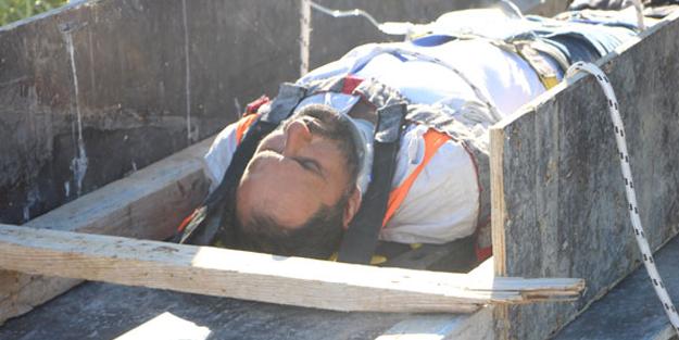 Yaralı işçiyi tahtadan sedye ve vinçle kurtardılar