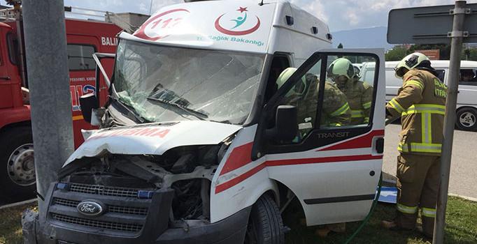 Yaralı taşıyan ambulans kaza yaptı: 3 yaralı
