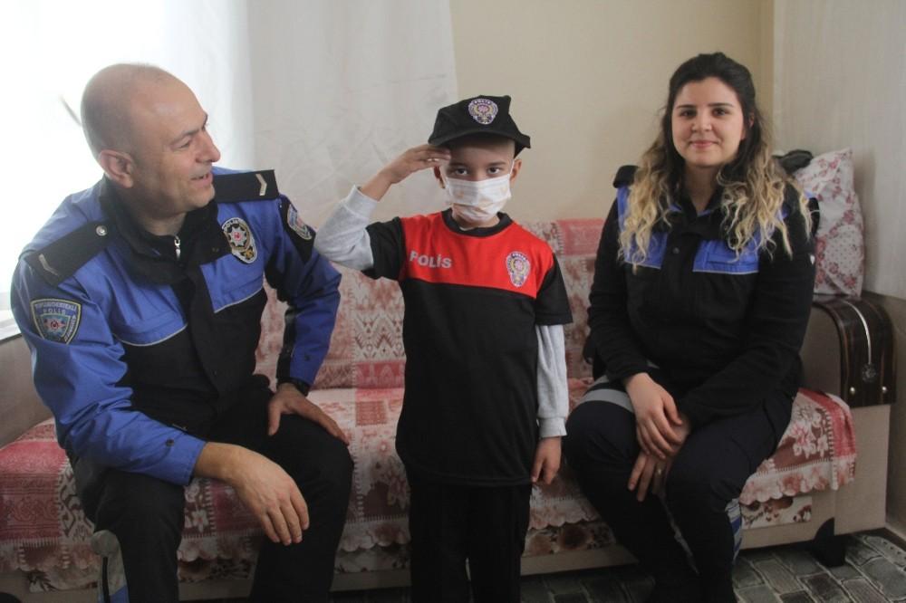 Yaşamak için kardeşinin doğumunu bekleyen Hasan'a polis sürprizi