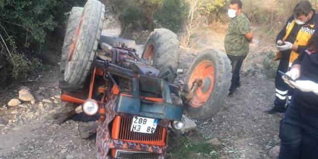Yaşlı çift devrilen traktörün altında kalarak can verdi