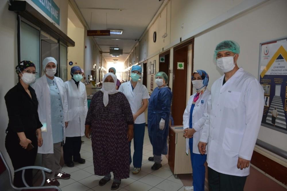 Yaşlı kadın koronayı plazma tedavisiyle yendi