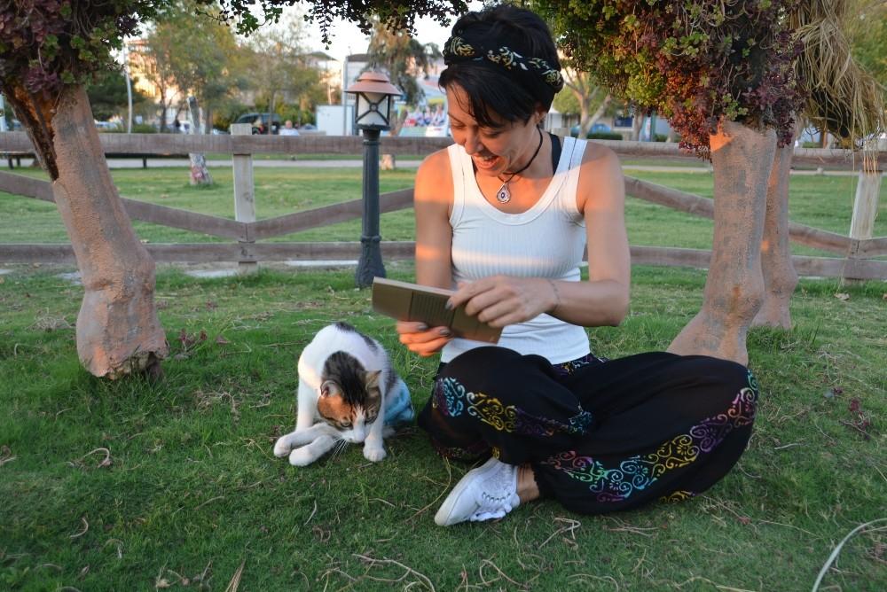 Yazdığı kitabın gelirlerini sokak hayvanlarına bağışlıyor