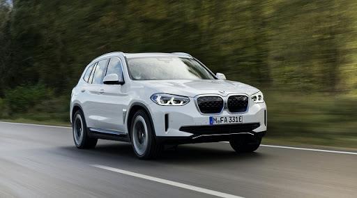 Yeni BMW iX3 showroomlarda