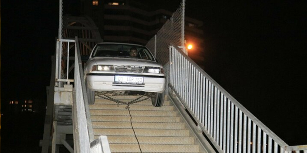 Yer: Adana... Otomobil üst geçitte sıkıştı