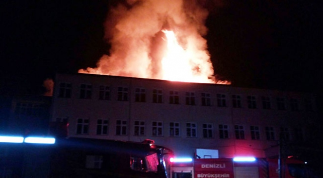Yıldırım düşen okulun çatısı yandı
