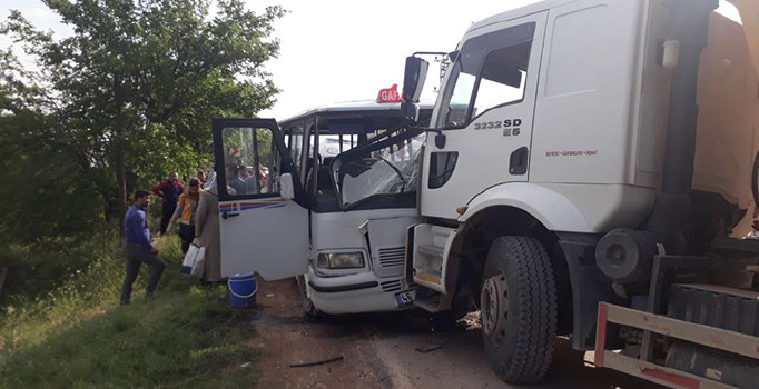 Yolcu minibüsü ilekamyon kafa kafaya çarpıştı: 7 kişi yaralı
