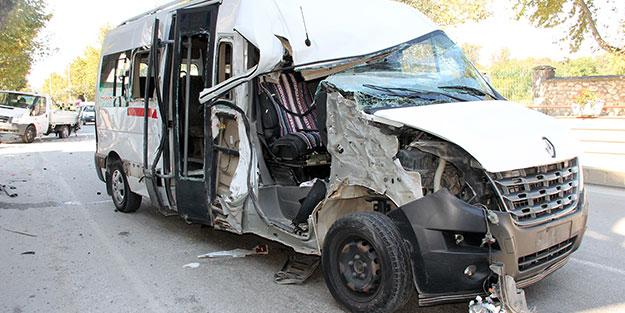 Yolcu minibüsü kamyonetle çarpıştı! Çok sayıda yaralı var