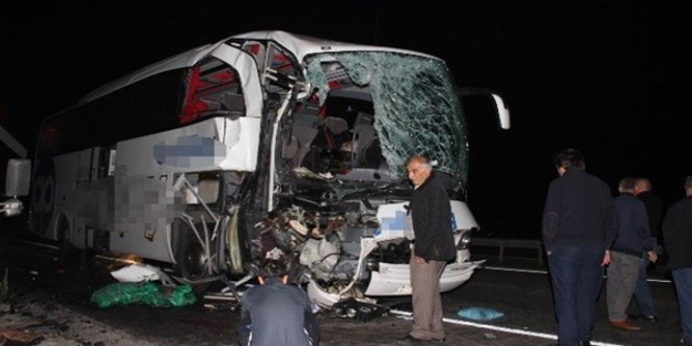 Yolcu otobüsü kamyona çarptı: 1 ölü, 22 yaralı