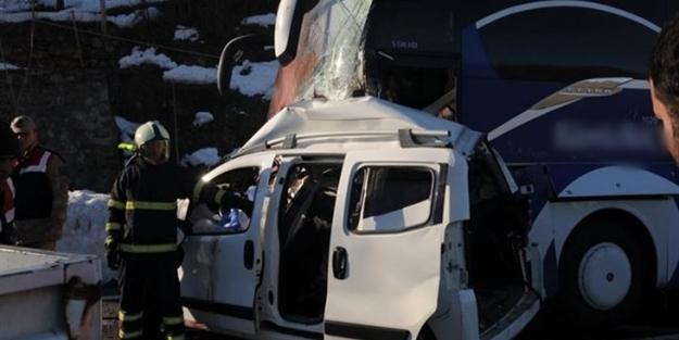 Yolcu otobüsü ticari araçla çarpıştı: 4 ölü, 7 yaralı