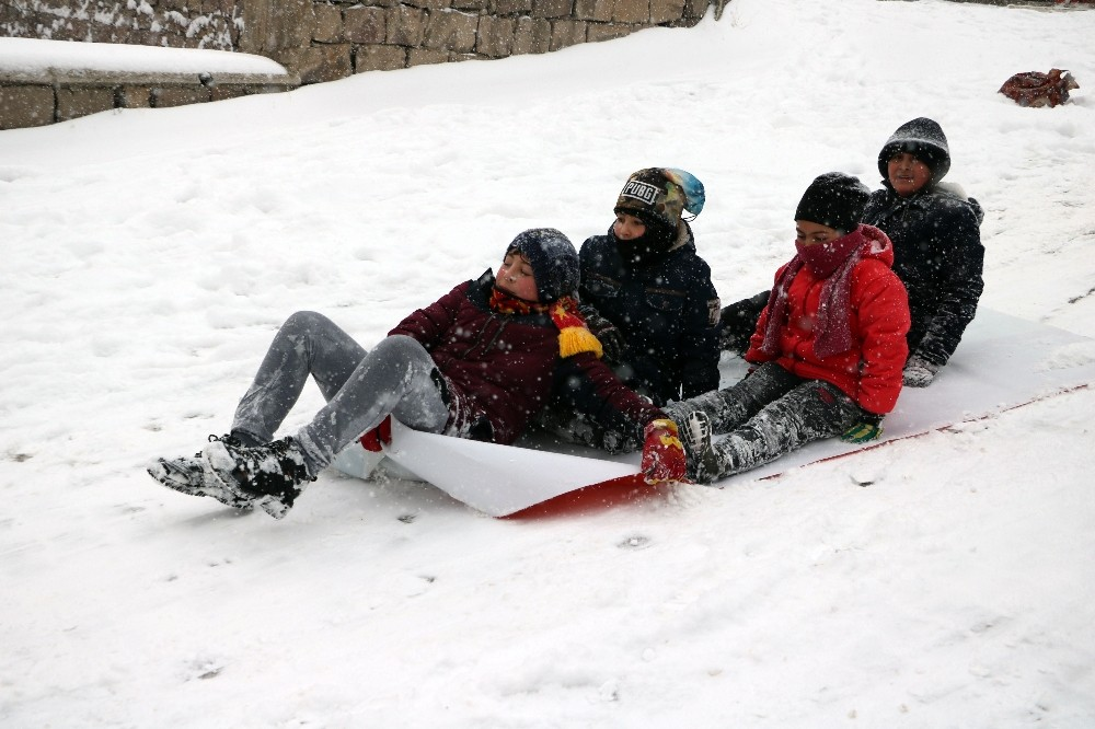 Yozgat'ta karın keyfini çocuklar çıkardı