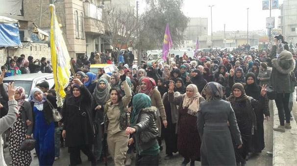YPG'li teröristlerde panik! Menbic'te gösteri...