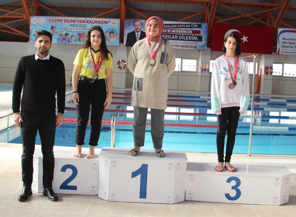 Yüzücüler kıyasıya yarıştı