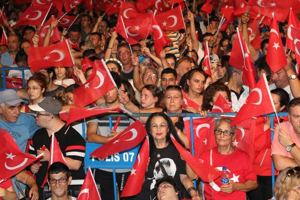 Zafer Bayramı Edip Akbayram konseriyle coşkuyla kutlandı