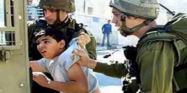 Zalim İsrail 1 yılda 1000 Filistinli çocuğu gözaltına aldı