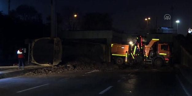 Zeytinburnu'nda toprak yüklü hafriyat kamyonu devrildi