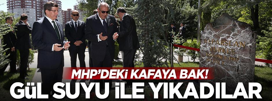 Türkeş'in mezarı zemzem ve gül suyu ile yıkandı