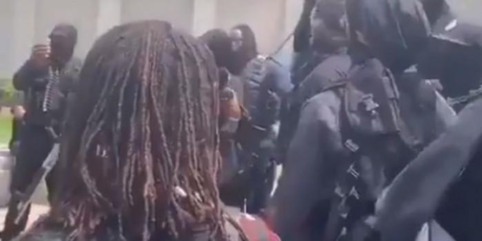 ABD'de siyahiler otomatik silahlarla sokağa çıktı