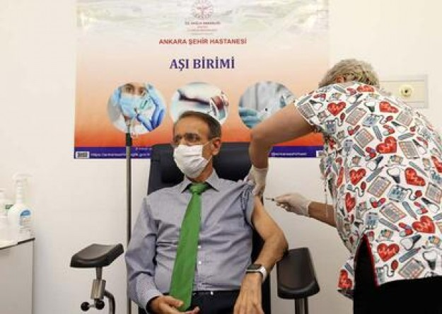 Acil Kullanım Onayı verilmesinin ardından ilk CoronaVac aşısı, Ankara Şehir Hastanesinde Bilim Kurulu üyelerine yapıldı.