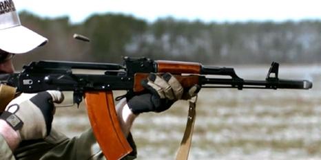 AK-47 ile yavaş çekim atış görüntüleri