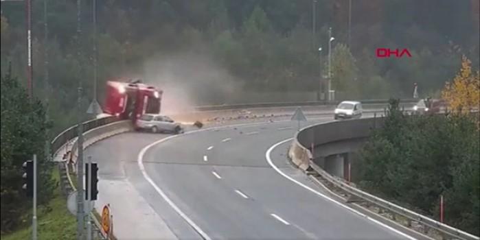 Akılalmaz kaza... Otomobil TIR'ın köprüden uçmasına neden oldu