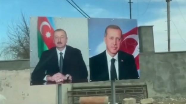 Aliyev'in Şuşa gezisinde Türk bayrakları ve Cumhurbaşkanı Erdoğan fotoğrafları dikkat çekti