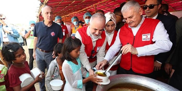 Başbakan Yıldırım, Arakanlı Müslüman mültecilere yemek dağıttı
