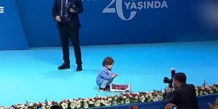 Başkan Erdoğan'ın canlı yayınında renkli anlar... Bir anda sahneye çıktı
