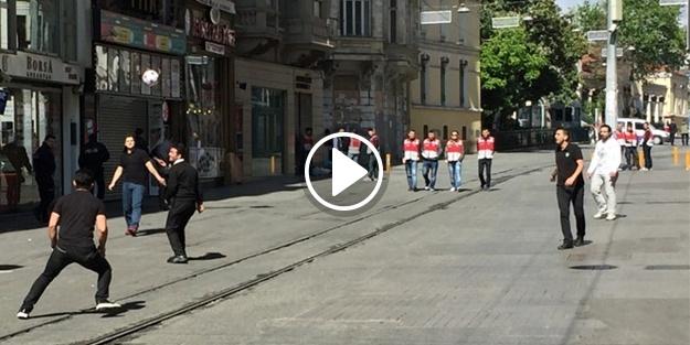 Bayramı İstiklal Caddesi'nde top oynayarak kutladılar