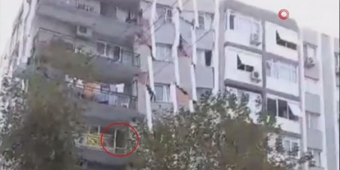 Bina yıkılmadan saniyeler önce balkonda böyle görüntülendiler