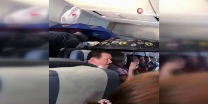 Böyle yolculuk görülmedi... Uçakta şemsiye açtılar
