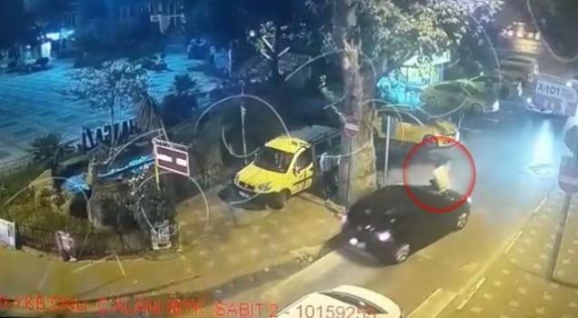 Bursa'da ilginç görüntü... Otomobiline saldıran genci ön kaput üzerinde emniyete götürdü