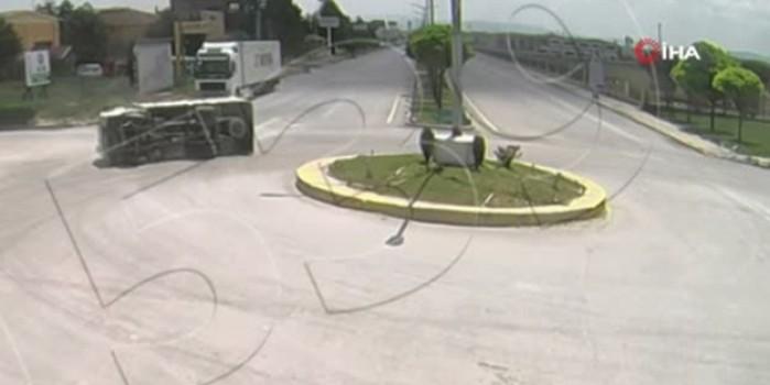 Cam yüklü kamyon kavşakta böyle devrildi